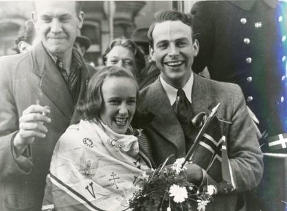 Strålende norske ungdommer på befrielsesdagen i Stockholm, 7. mai 1945. RA/PA-1209 NTBs krigsarkiv, Uc, 72, 4, S 5757.