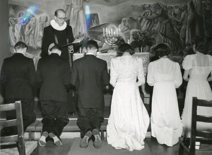 Fra en norsk konfirmasjon i Gustav Wasa församlingssal i Stockholm, søndag 17. desember 1944. Ved alteret pastor Norborg. Arkivreferanse: RA/PA-1209 NTBs krigsarkiv, Uc, 67, 1, S 5542.