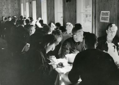 Spisesalen ved Øreryd flyktningleir, sommeren 1941. Arkivreferanse: RA/PA-1209 NTBs krigsarkiv, Uc, 67, 3, S 1016.