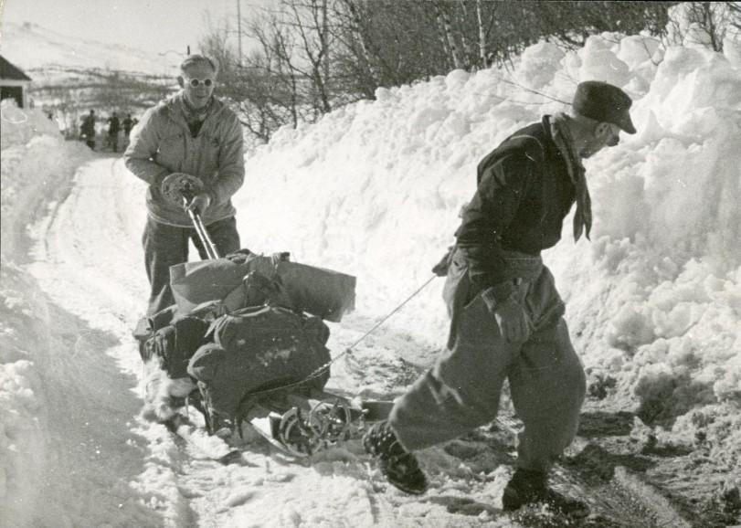 To flyktninger fra Trondheim har lastet eiendelene sine på en kjelke. 28. april 1940. Arkivreferanse: RA/PA-1209 NTBs krigsarkiv, Uc, 68, 1.