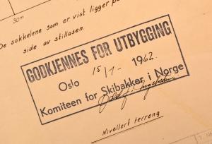 Det ettertraktede godkjent-stempelet fra Komiteen for skibakker i Norge. Her på plantegningen for en av Bekkelagsbakkene i Oslo. Fra arkivet etter Statens ungdoms- og idrettskontor.