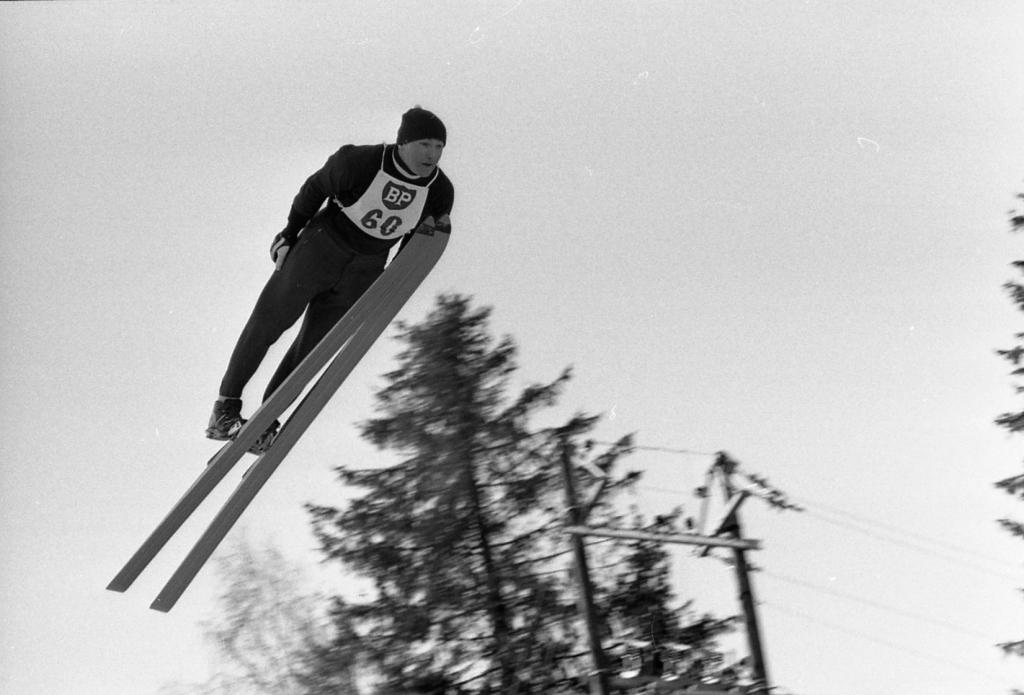 Startnummer 60, Bjørn Wirkola, i svevet i Skuibakken i Bærum under storbakkerennet i NM på ski i 1965. Foto: Lasse Klæboe, Billedbladet NÅ/Riksarkivet.